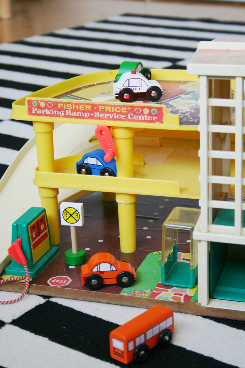 lastenhuone-sisustus-fisher-price-parking-garage-mamigogo